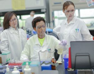 Women working in a Quest lab